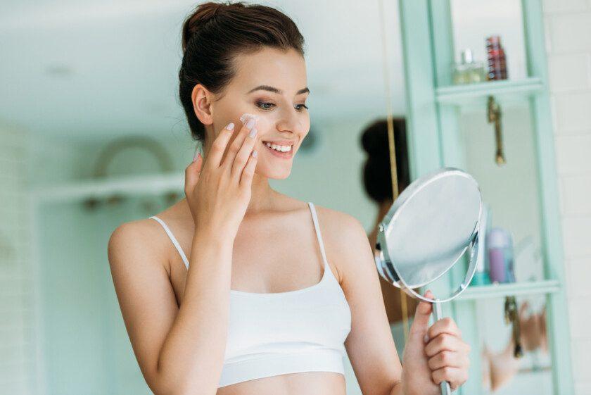 Mujer sonriente cuidando la piel