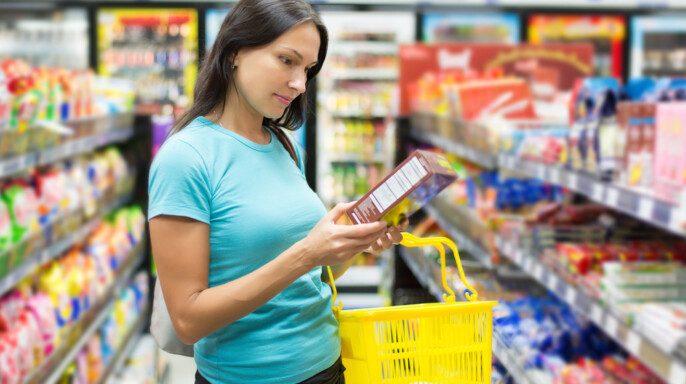 Mujer comprobando el etiquetado de alimentos