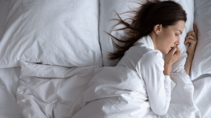Despertar sola mujer asustada acostada en la cama sola