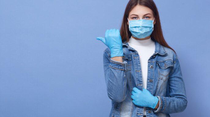 Imagen de una mujer caucásica morena con el pelo largo, usando guantes