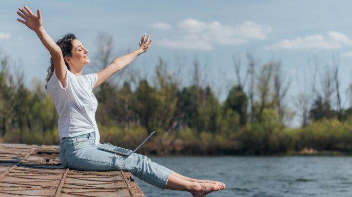 Mujer alegre con los brazos extendidos