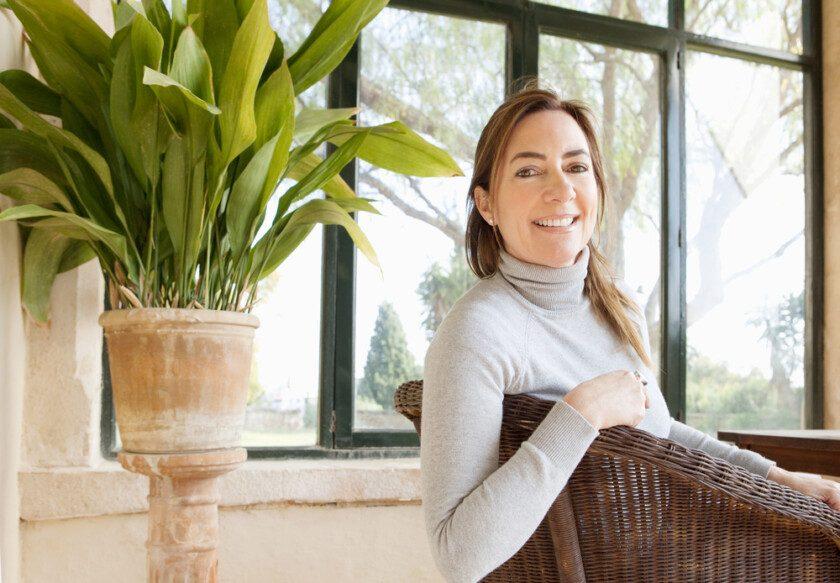 Mujer en casa contenta