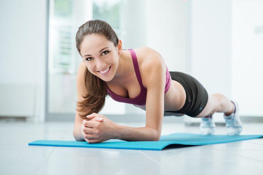 Mujer sonriente haciendo ejercicio en el gimnasio