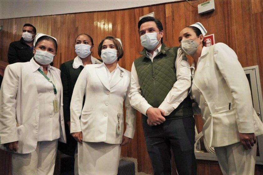 Zoé Robledo acompañado de enfermeras