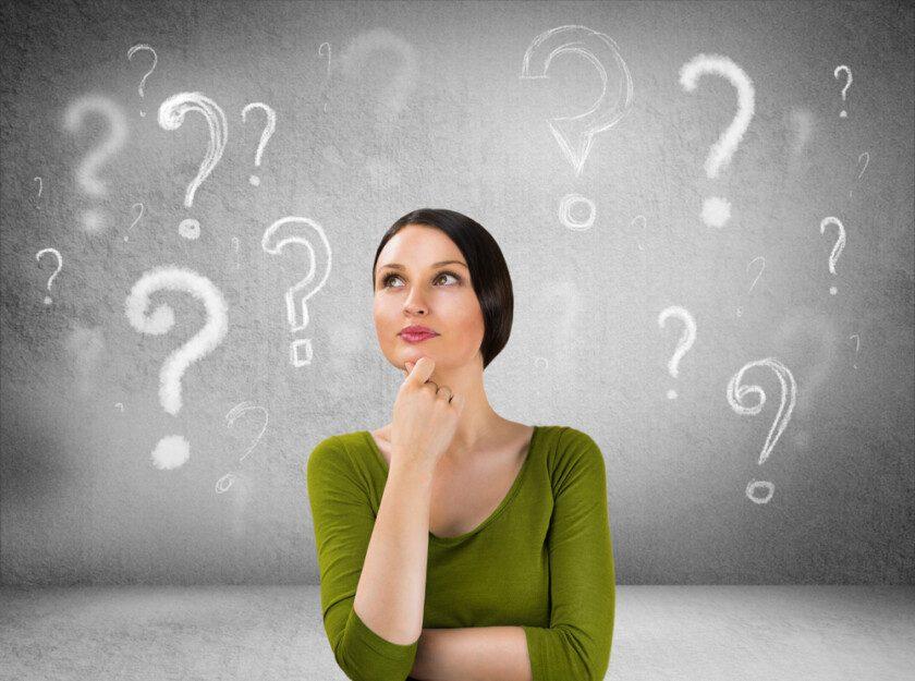 Mujer joven con preguntas