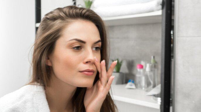 Mujer joven frente al espejo