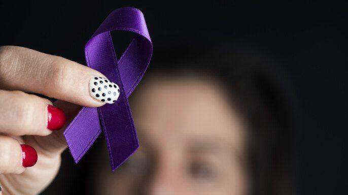 Primer plano de una joven caucásica con una cinta púrpura