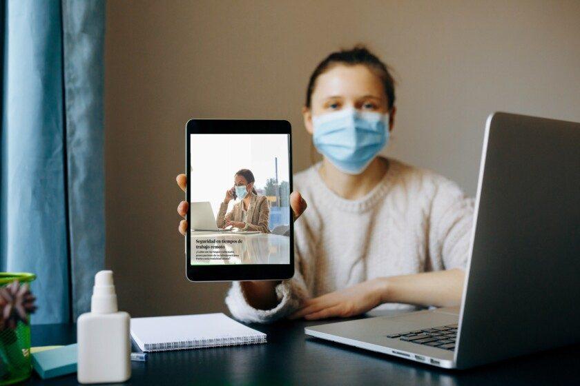 Mujer joven que utiliza un dispositivo de tableta negro