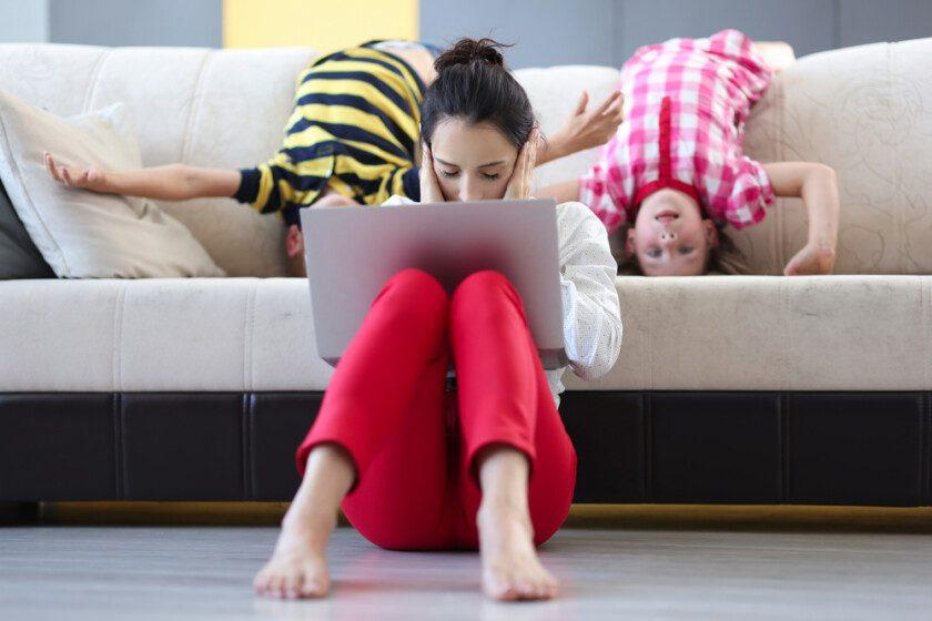 Mujer en casa con hijos abrumada