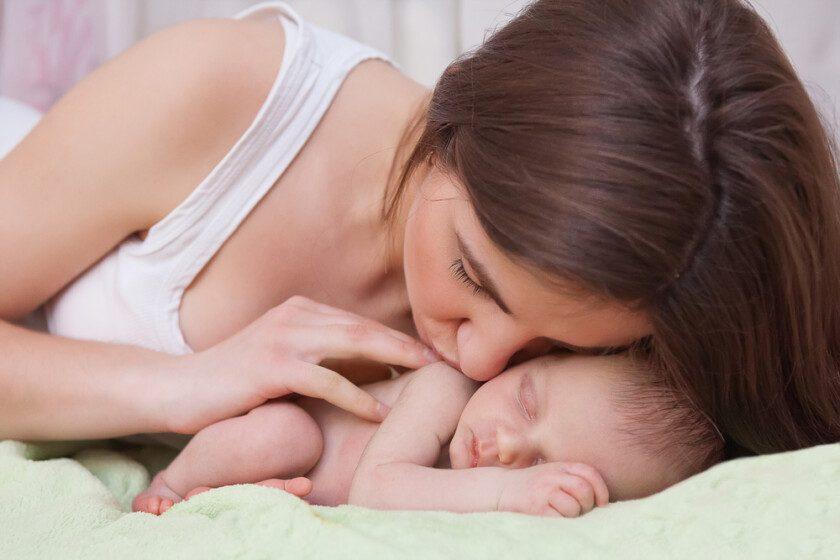 Bebé prematuro junto a su madre