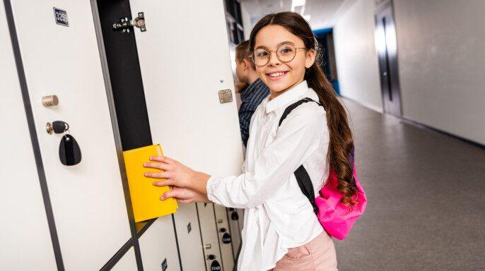 Niña escolar con gafas