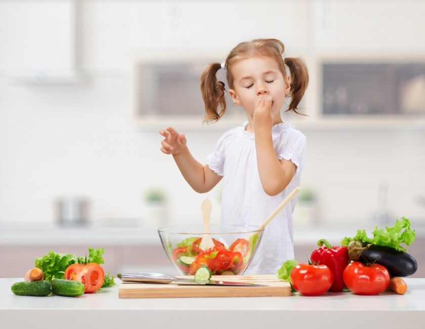 Niña con alimentación saludable