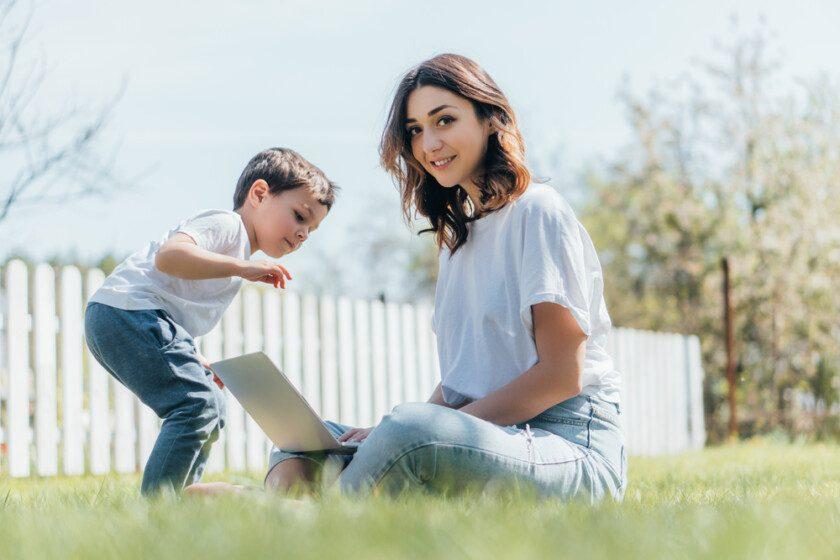 Madre e hijo al aire libre