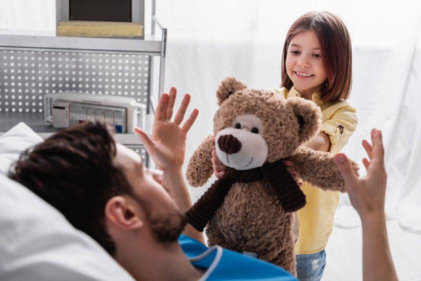 Padre e hija en hospital