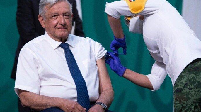 Jefe del Ejecutivo federal recibe primera dosis AstraZeneca contra COVID-19