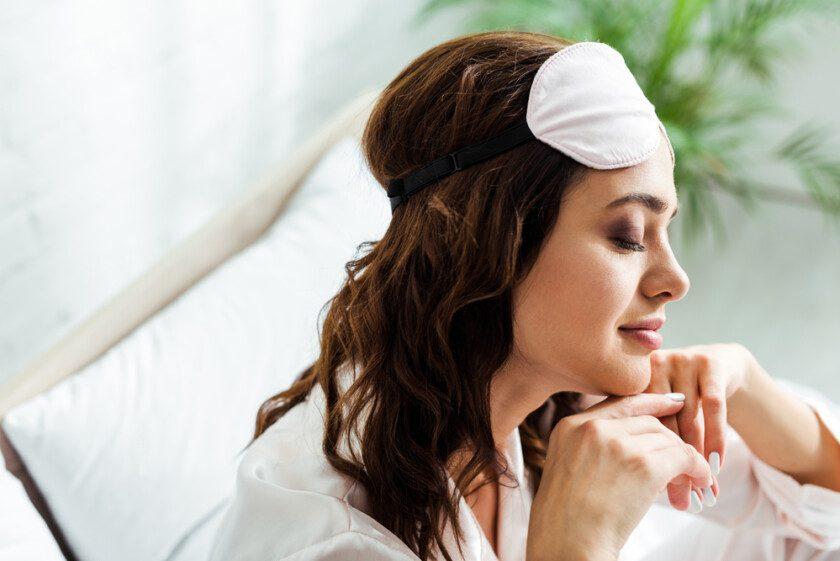 Vista lateral de mujer atractiva en máscara