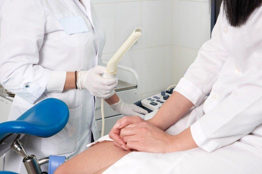 Ginecólogo listo para hacer ultrasonido transvaginal