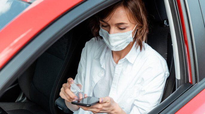 Mujer en auto con cubrebocas