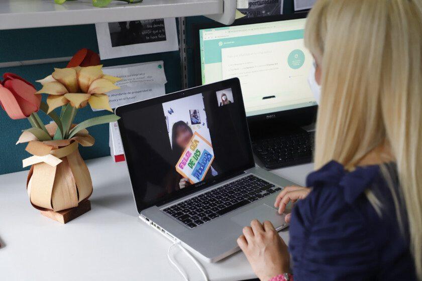 Madre en videoconferencia