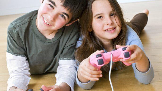 Niños jugando videojuegos mientras los padres están hablando