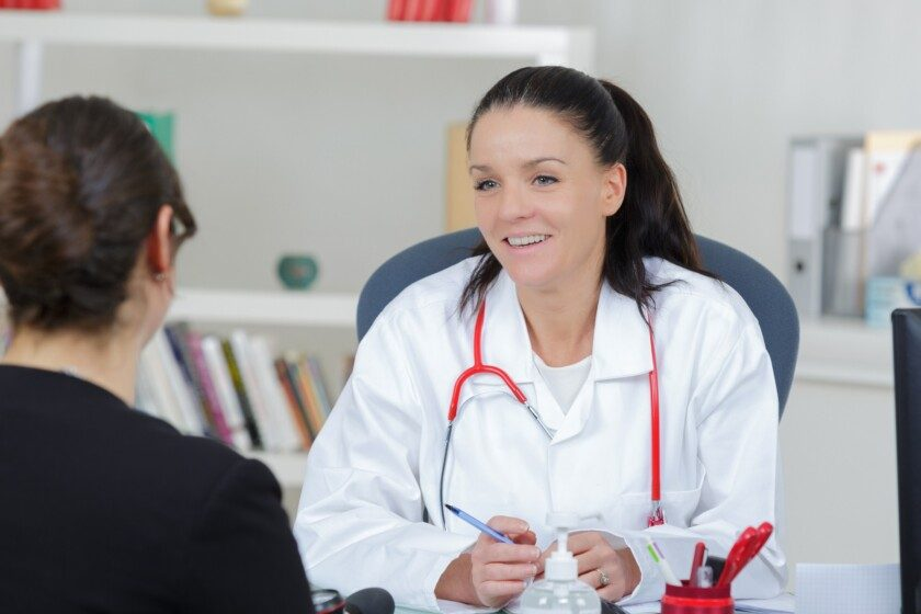Médica con paciente conversando