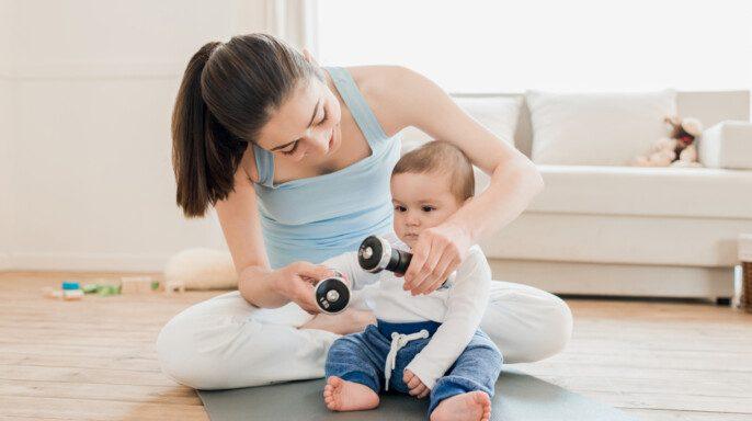 Mujer con bebé jugando juntos