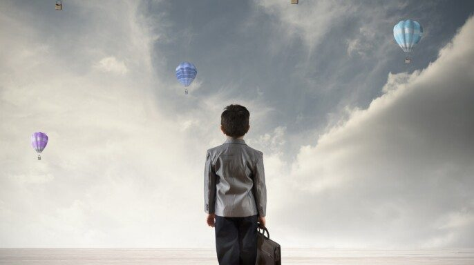Ilustración con niño viendo a globos esperanzado