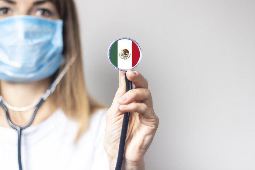 mujer escudo de bandera mexicana