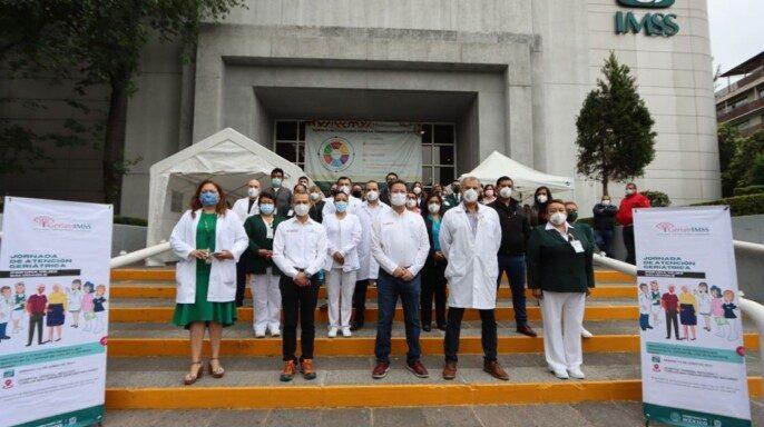 """Personal médico en la entrada del Hospital General Regional (HGR) No. 1 """"Dr. Carlos Mac Gregor Sánchez Navarro"""", del Instituto Mexicano del Seguro Social (IMSS) en la Ciudad de México"""