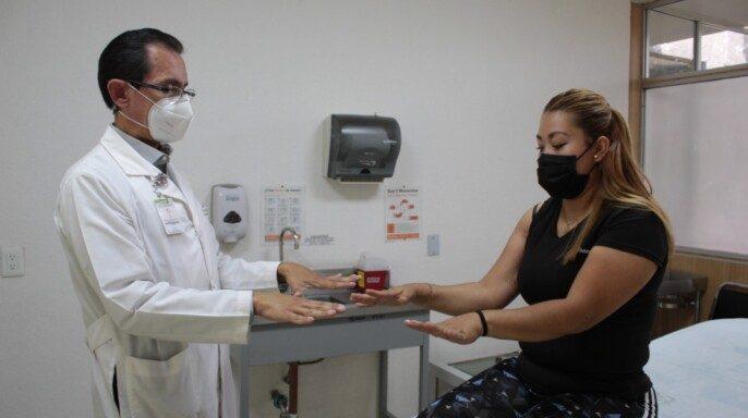 Médicos del IMSS logran que mujer recupere 90% de movilidad del brazo luego de recibir impacto de bala perdida