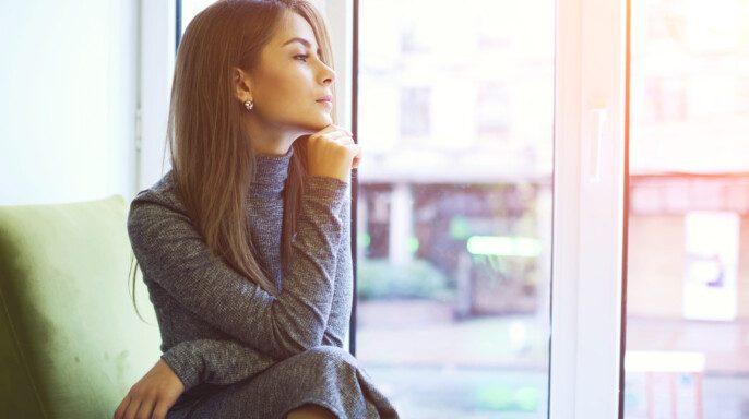 Primer plano retrato de hermosa joven alegre mujer a la espera