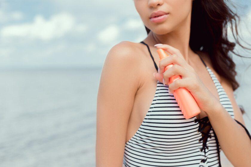 Joven en playa con protector solar