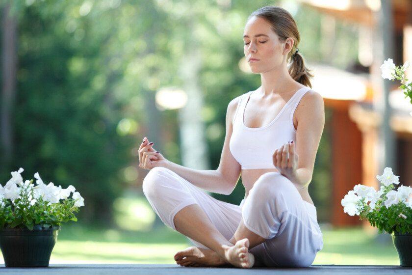 Mujer practicando yoga