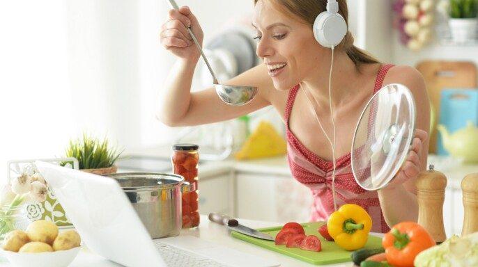 joven cocina en la cocina