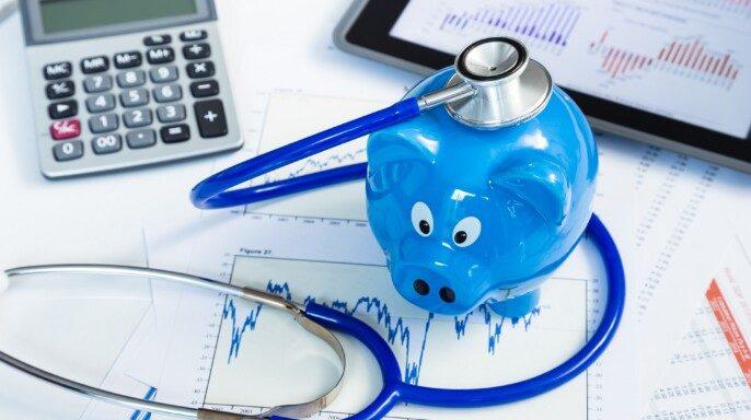 Estetoscopio y alcancía para el concepto de ahorro en salud