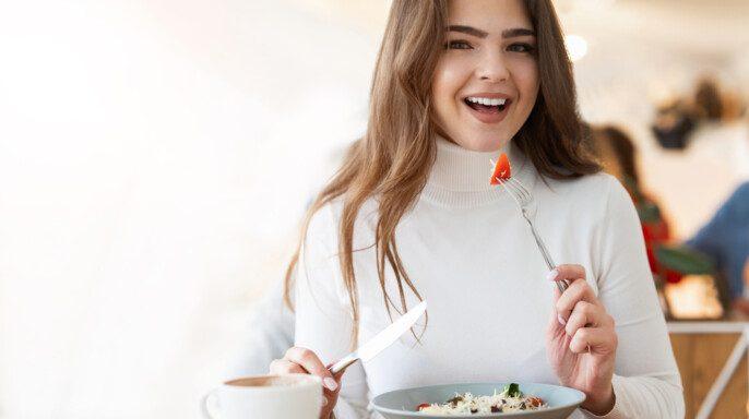 Mujer comiendo un tazón saludable de superalimentos