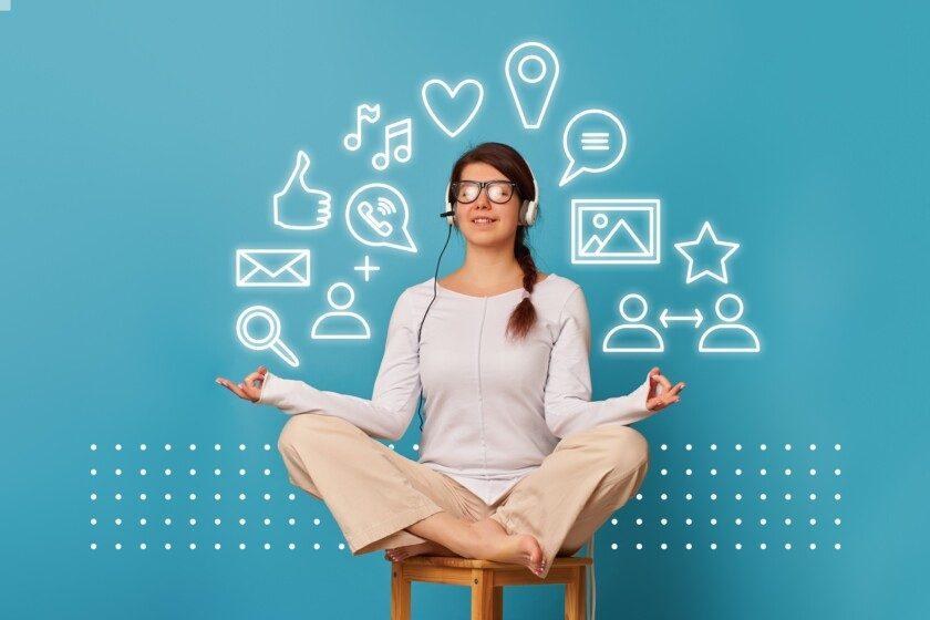 Mujer en posición de loto con auriculares e iconos a su alrededor