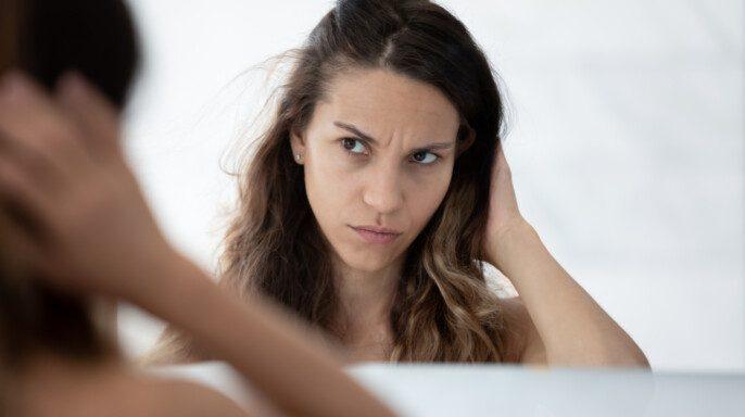 Grave triste millennial chica preocupada