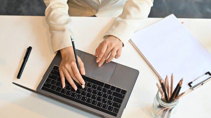 Vista superior de la imagen de las manos de una secretaria