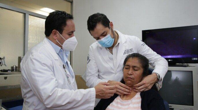 Endocrinólogos atendiendo a paciente