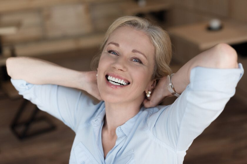 mujer madura alegre