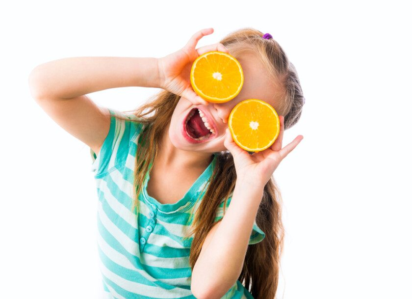 Niña con naranjas