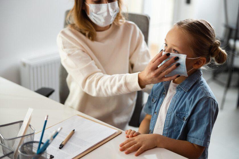Niña enferma en escuela