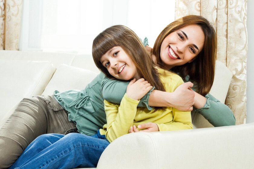 Madre e hija pasando tiempo juntas