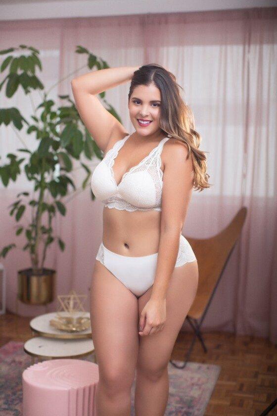 Mujer usando lencería de Curvation