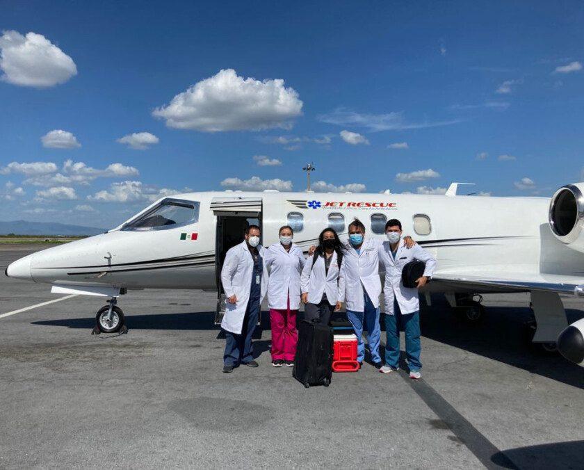 Personal del IMSS con avión ambulancia