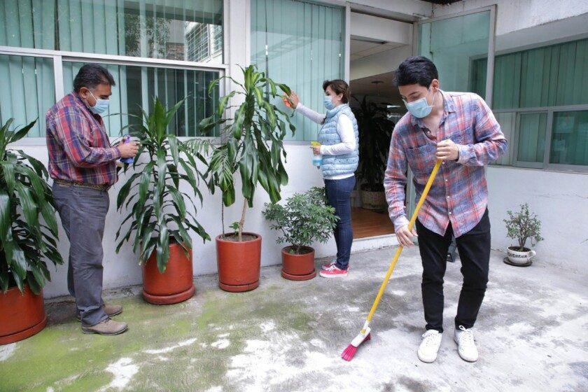 Familia haciendo limpieza