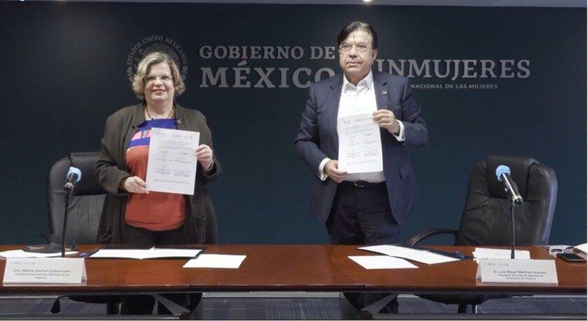 Funcionarios muestran firma de convenio Inmujeres INAP