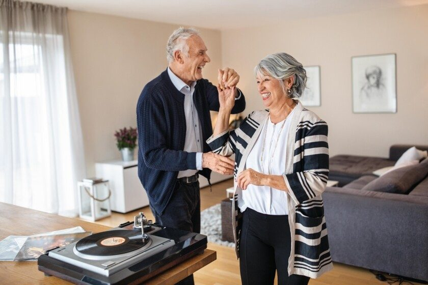 pareja de adultos mayore bailando