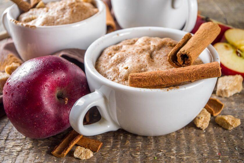 Mug cake de avena con manzana